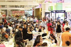 Ngày đầu nghỉ lễ, người Sài Gòn kéo nhau vào trung tâm thương mại