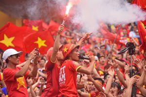 Fan đốt pháo sáng cổ vũ Olympic VN sau trận đấu cuối ở ASIAD
