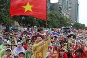 U23 Việt Nam tuột mất huy chương, trăm CĐV trên phố đi bộ lại hành động bất ngờ