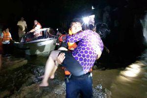 Thanh Hóa: Cảnh sát cứu hộ, cứu nạn trắng đêm giải cứu người dân kẹt trong rốn lũ