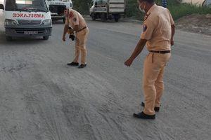 Camera ghi lại cảnh người đàn ông trượt vết cát bị xe tải cán chết