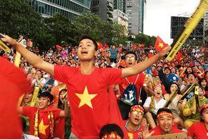 Hàng nghìn CĐV TPHCM và du khách dầm mưa xem Olympic VN thi đấu