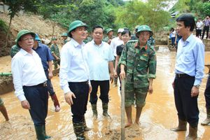 Bộ trưởng Phùng Xuân Nhạ chia sẻ, động viên thầy trò vùng lũ Sơn La