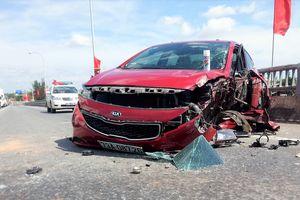 Hai ô tô tông nhau trên cầu, QL1 ùn tắc