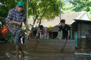 Nước rút, nhà dân vùng lũ Thanh Hóa ngập bùn đất