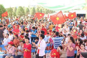 CĐV Đà Nẵng đội nắng cổ vũ Olympic Việt Nam