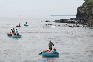 Rủ nhau đi tắm biển, 2 học sinh tiểu học bị sóng biển cuốn trôi