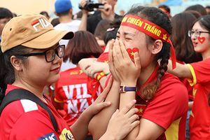 Ngàn cổ động viên lặng người khi U23 Việt Nam vuột mất huy chương