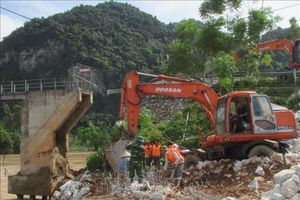 Cầu Chôm Lôm, Nghệ An sập xuống sông trong dòng nước lũ