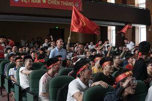 Bỏ qua nghỉ lễ 2/9, hàng nghìn sinh viên ĐH Xây dựng 'cháy hết mình' cổ vũ đội tuyển Olympic Việt Nam tranh HCĐ ASIAD