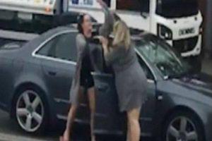 Va chạm giao thông, hai người phụ lao vào đánh nhau trên đường