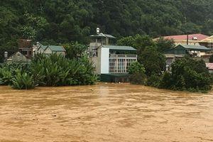 Quốc lộ 6 thành sông sau mưa lớn kéo dài