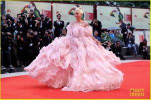 Lady Gaga đẹp kiều diễm với đầm hồng trên thảm đỏ LHP Venice 2018