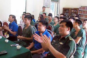 Cán bộ chiến sĩ biên phòng Lý Vạn cổ vũ hết mình cho Olympic Việt Nam
