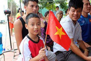 Không khí cuồng nhiệt tại nhà Quang Hải trong hiệp 1 trận Việt Nam - UAE