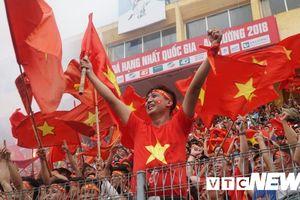 Cổ động viên cả nước nhảy múa, hò reo ăn mừng bàn thắng của Văn Quyết