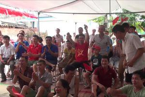 Không khí cổ vũ bóng đá sôi động tại nhà cầu thủ Quang Hải