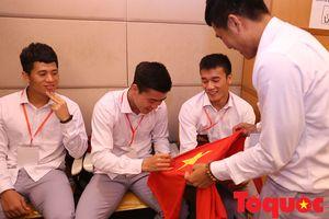 Đồng đội mỏi tay ký tặng Hà Đức Chinh