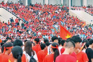 Cổ động viên reo hò khi tuyển thủ Olympic Việt Nam xuống sân Mỹ Đình