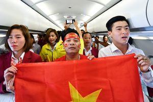 Cầu thủ đội Olympic Việt Nam hát Quốc ca trên máy bay