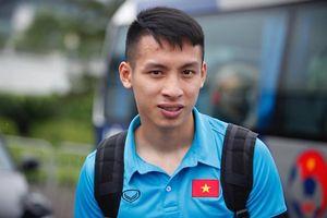 Tiền vệ Đỗ Hùng Dũng ra sân bay chờ đón đồng đội ở U23 Việt Nam