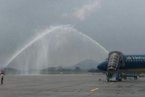 Vì sao 2 xe cứu hỏa phun vòi rồng cực mạnh khi máy bay chở U23 Việt Nam hạ cánh?
