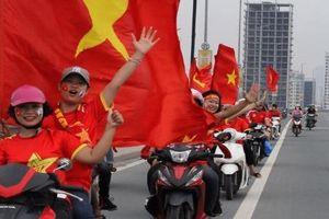 Người dân nô nức đón những 'người hùng' Olympic Việt Nam về nước ở sân bay Nội Bài