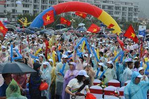 Quảng Ninh: Nghìn người đội mưa, 'tiếp lửa' Hoàng Cường lên đỉnh Olympia