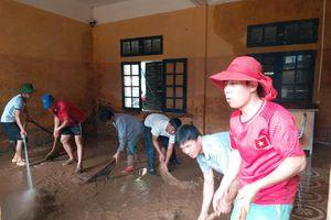 Giáo viên căng mình dọn dẹp trường lớp sau mưa lũ