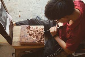Nghệ nhân 21 tuổi dành 500 giờ để chạm khắc bức tranh gỗ độc đáo