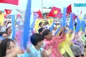 Biển người Quảng Ninh đội mưa mừng chiến thắng nhà vô địch Olympia