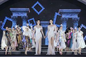 Lần đầu tiên Đỗ Mỹ Linh và Kỳ Duyên nắm tay nhau catwalk tại đêm Người đẹp thời trang – Hoa hậu Việt Nam