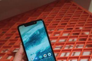 Motorola trình làng 2 mẫu điện thoại mới giống 'y chang' iPhone X