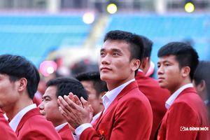 Dàn cầu thủ Olympic Việt Nam 'lột xác' với vest đỏ soái ca