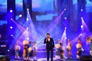 Khán giả thổn thức nghe Quang Lê hát về xứ Huế
