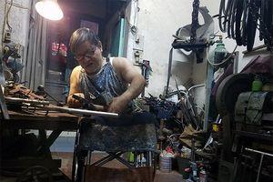 Người đàn ông khuyết tật hàn gắn những đôi chân tật nguyền