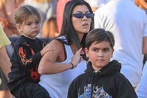 Kourtney Kardashian diện đồ khỏe khoắn đi chơi cùng con