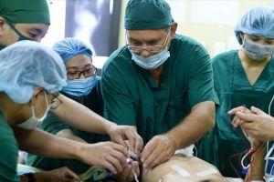 Xem các bác sĩ Children Action phẫu thuật từ thiện
