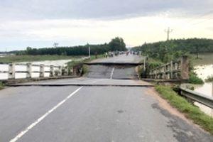 Sập cầu bê-tông do lũ lớn ở Bình Thuận