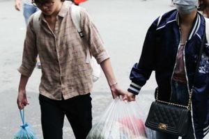 Sau kỳ nghỉ lễ, người dân mang cả 'siêu thị' từ nhà lên thành phố