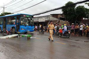 Xe máy đối đầu xe buýt, 2 người thương vong