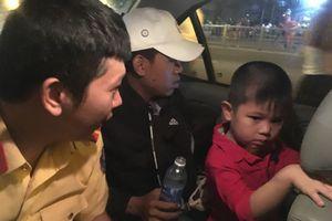 CSGT dùng xe đặc chủng chở bé trai đi tìm bố mẹ trong đêm