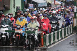 Hàng vạn người lỉnh kỉnh, đội mưa trở lại TP.HCM sau lễ 2/9