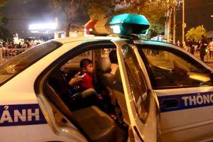CSGT giúp bé trai đi lạc tìm lại gia đình