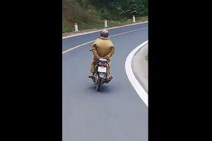 Người đàn ông thả tay ga để xe máy đổ đèo vun vút, thách thức tử thần