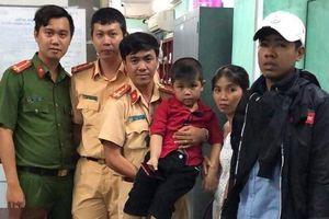 Hành động đẹp đêm mùng 2/9: CSGT tìm mẹ giúp bé trai đi lạc ở Sài Gòn