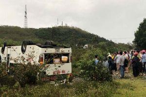 Xe khách bất ngờ lật ngửa trên QL19, gần chục người bị thương