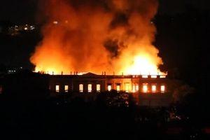 Bảo tàng chứa hàng triệu cổ vật tại Brazil chìm trong biển lửa