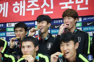 Người hâm mộ phấn khích đón Olympic Hàn Quốc mang HCV ASIAD về nước