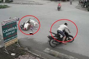 Clip: 2 xe máy sang đường như trong sân nhà, tông nhau văng xa giữa ngã tư